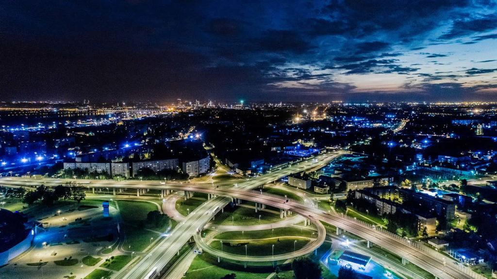 Vue de nuit de la Riga en Lettonie
